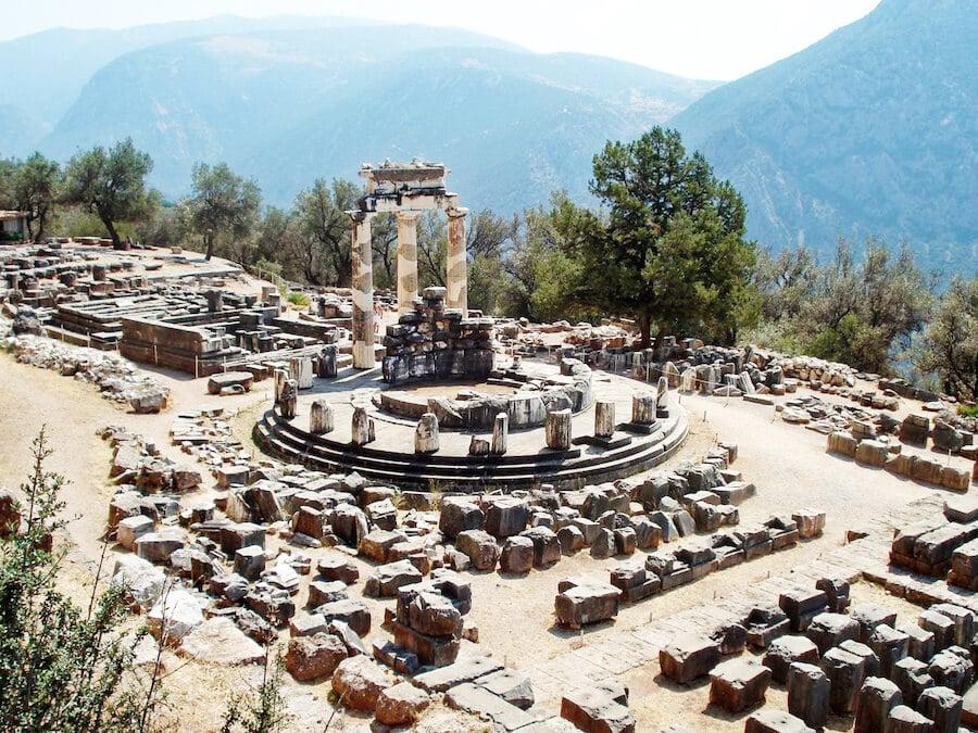 Tholos de Delfos en el Santuario de Atenea